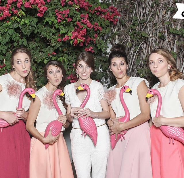 As madrinhas também estavam todas de rosa. E, ao invés de bouquets, ganharam flamingos!
